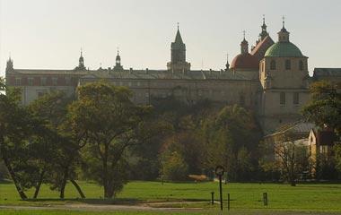 Teatr Lalki i Aktora mieszczący się w zabudowaniach klasztornych, obok kościół dominikanów